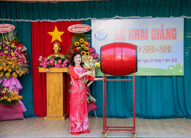 Cô Hiệu trưởng Vũ Thị Hồng Hoa đánh trống chào mừng năm học mới